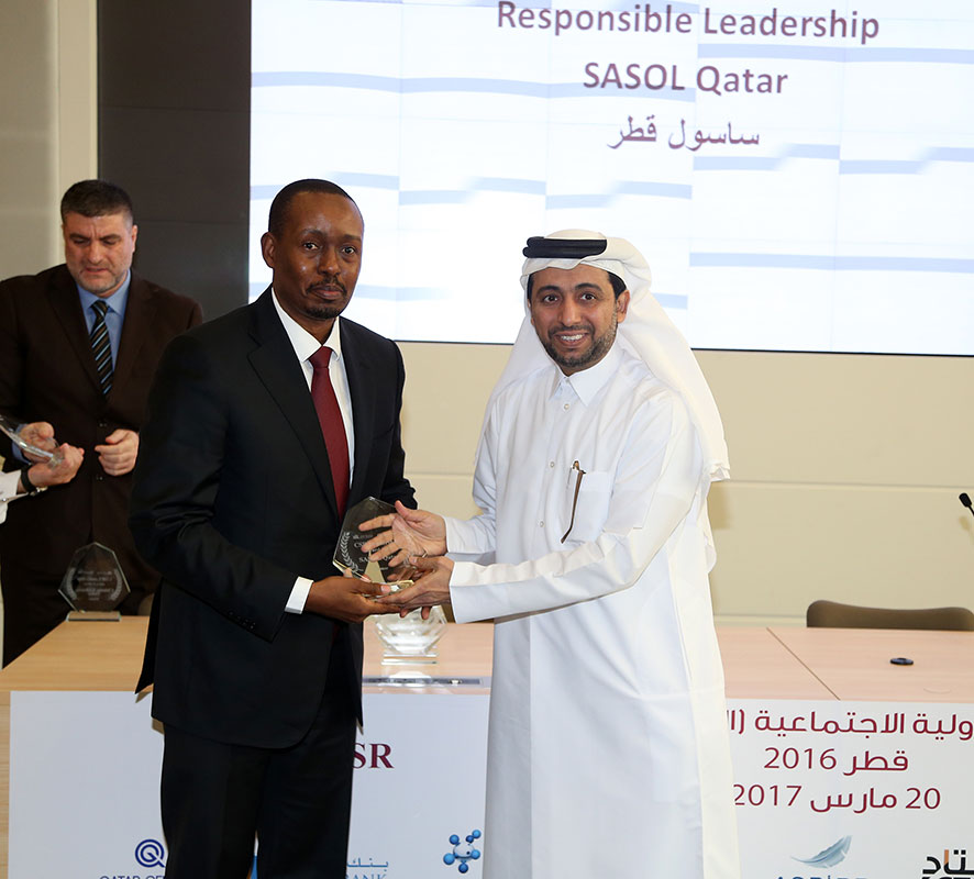 Phinda-receiving-trophy-from-QU-President_1